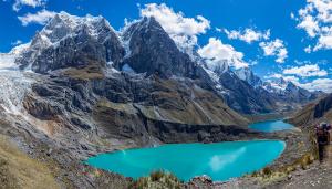 Pohled na údolí pod průsmykem Siula, Peru
